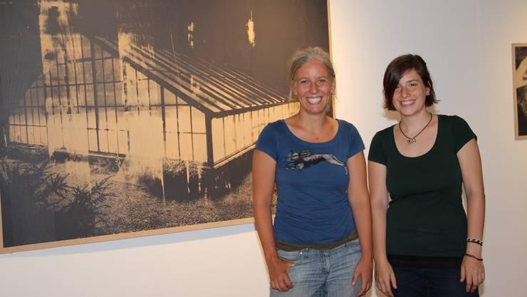 Tatjana Erpen (fotografischer Siebdruck, links) und Myrien Barth (Videokunst)posieren vor einem Werk von Tatjana Erpen.
