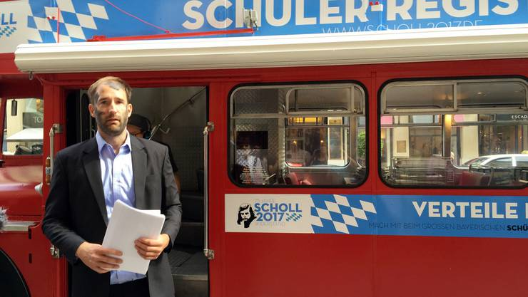 """Mit einem """"Schülerwettbewerb"""" wollen der deutsch-schweizerische Aktionskünstler Philipp Ruch und das """"Zentrum für Politische Schönheit"""" den Widerstand gegen Diktaturen in der Welt voranbringen."""