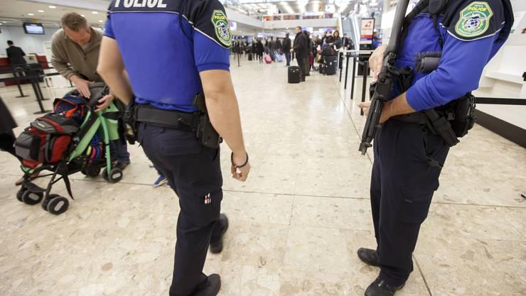 Eine Polizeipatrouille schnappte einen Trickdieb am Flughafen Zürich. (Symbolbild)
