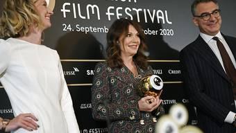 Glamouröse Medienkonferenz: Die neue ZFF-Leitung Elke Meyer (links) und Christian Jungen (rechts) hat Überraschungsgast Iris Berben (Mitte) geehrt. Die deutsche Schauspielerin holte ihren Golden Eye Award frühzeitig ab.