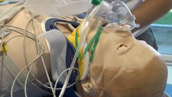Die Hightech-Puppe simuliert den Patienten – sie kann schwitzen, atmen und sprechen und reagiert sogar auf Medikamente.