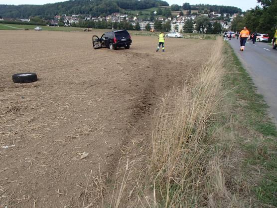 Der Chevrolet der Unfallverursacherin und die beiden anderen Autos kamen in einem Feld zum Stillstand.