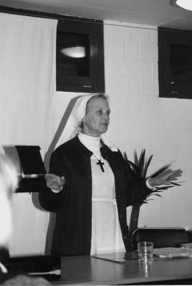 Die Schwester 1997 bei einem Referat.