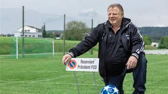 Das Knie schmerzt, aber posieren für das Foto kann der Alex Ferguson des Kantons trotzdem noch stilvoll: Beat Dünki führte Othmarsingen in den Cupfinal.