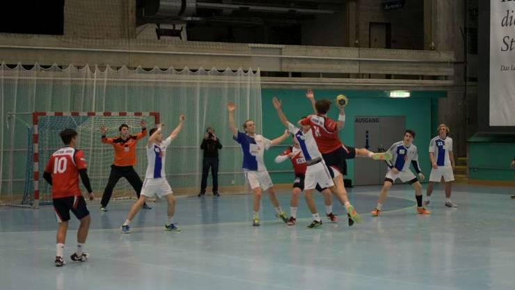 Sebastian Röthlisberger (mit Ball) versucht, ein Tor zu erzielen. In dieser Szene ohne Erfolg. (Bild: Michel Sutter)