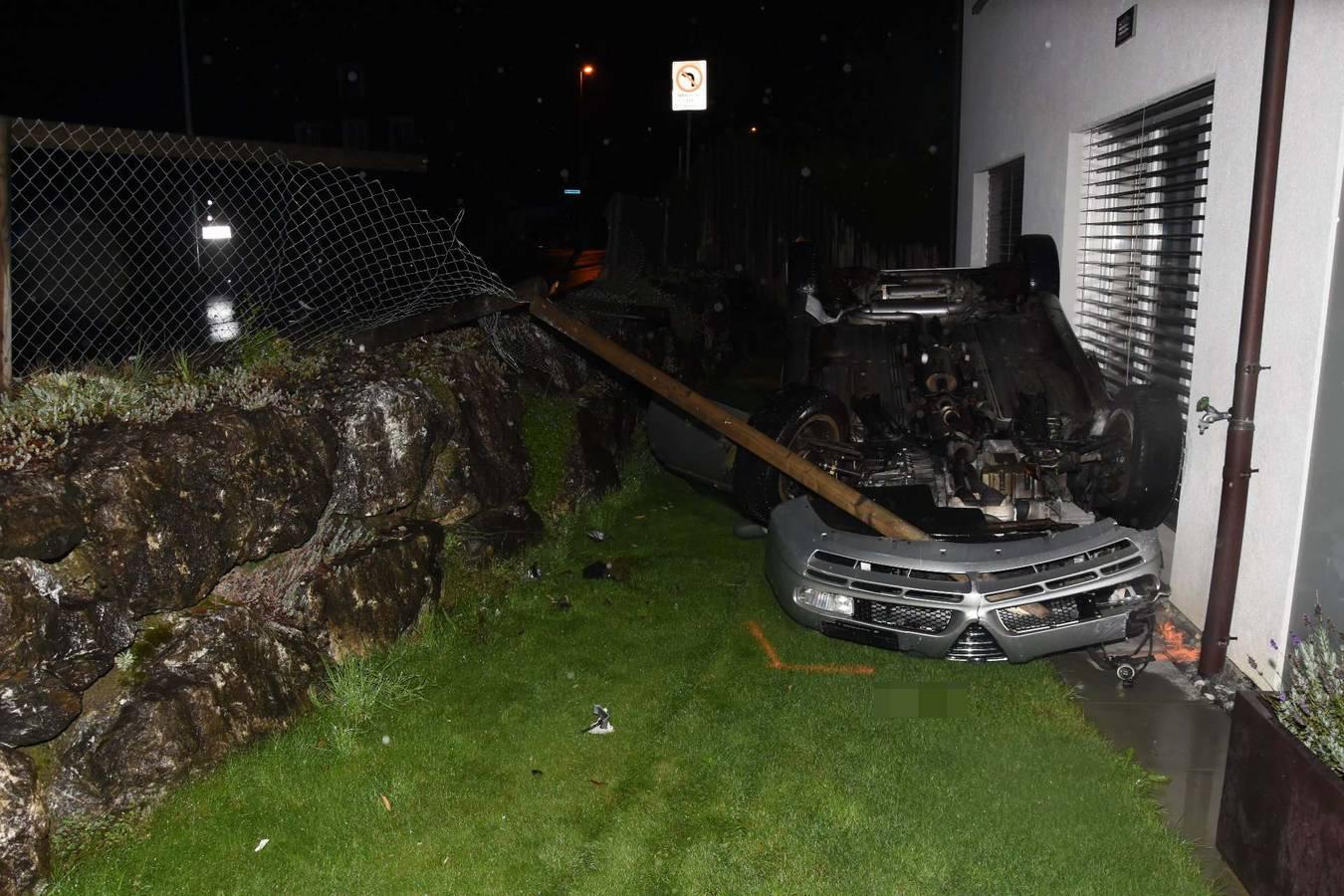 Das Auto des 36-Jährigen landete auf dem Dach liegend in einem Vorgarten. (© Kapo SG)