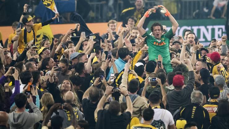 Das Bad in der Menge: Marco Wölfli lässt sich nach dem feststehenden Titelgewinn von den Fans durch das Stade die Suisse tragen.