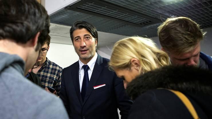 Murat Yakin erklärt den Journalisten seine Gedanken vor dem Spitzenspiel bei den Grasshoppers. Keystone