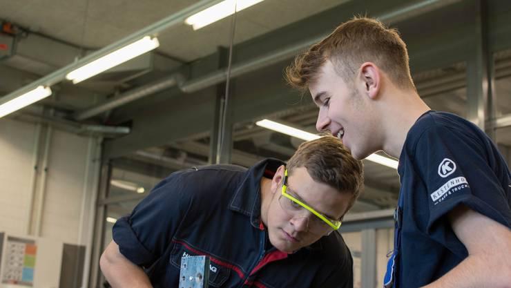 In der modernen AGVS-Werkstatt in Lenzburg wird der Nachwuchs der Autobranche ausgebildet (Fotos: ZVG)
