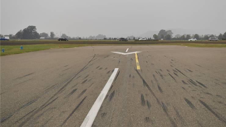Zwei durchgezogene Bremsspuren ziehen auf die linke Seite, die rechte bricht plötzlich ab, kurz vor der gelben Linie, rund 50 Meter vor dem Pistenende.