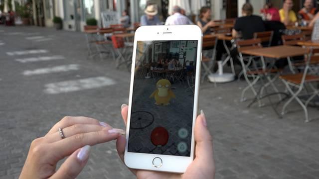 az-Redaktorin Sina Burger auf Pokémon-Jagd in der Aarauer Altstadt.