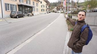 Rolf Glückler echauffiert sich über die Verkehrslage auf der Kantonsstrasse zwischen Aabachbrücke und Hotel Ochsen und fordert Massnahmen.