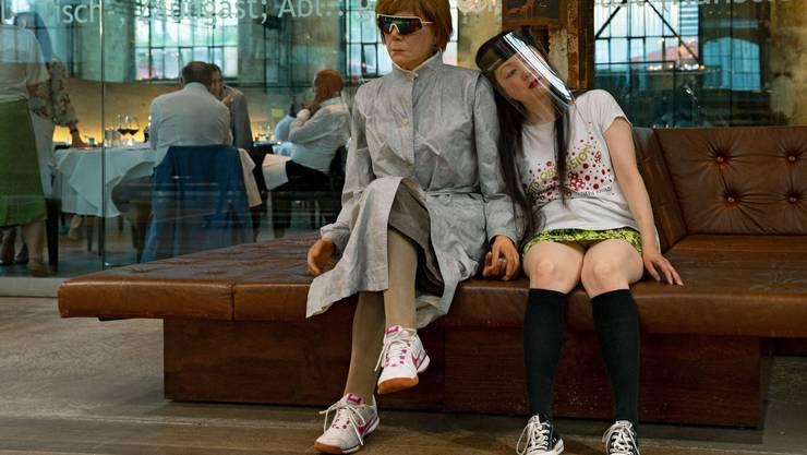Das Zürcher Schauspielhausensemble will unbedingt weiterspielen: Hier Karin Pfammatter und Sachiko Haraim Schiffbau-Foyer in den «Corona-Passionsspielen» von Nicolas Stemann.