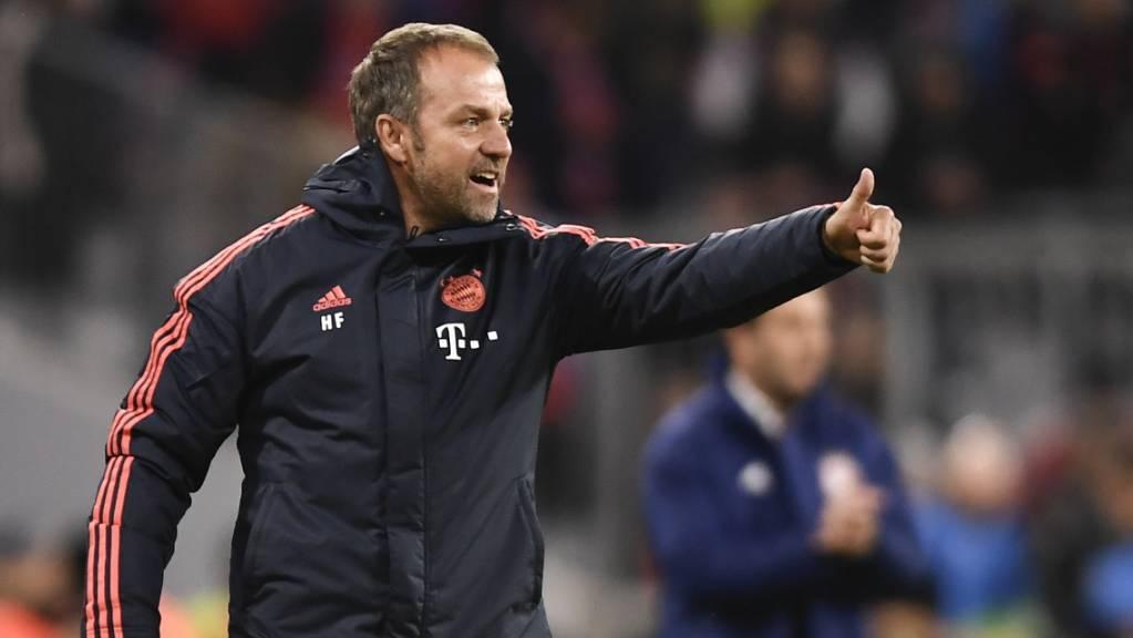 Daumen hoch bei Hansi Flick: Der Bayern-Coach startet mit einem Sieg in seinen neuen Job.