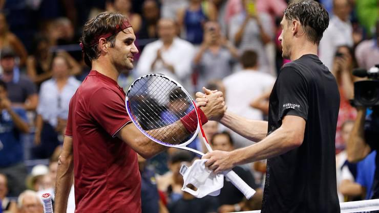 US Open 2018: Roger Federer gratuliert John Millman zum Sieg.