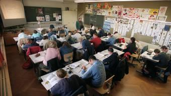 Beeinträchtigt stickige Luft im Schulzimmer den Lernerfolg der Schülerinnen und Schüler und gefährdet sie die Gesundheit der Lehrperson? Ein Studie soll nun Klarheit schaffen. (Symbolbild).