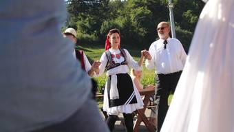 Am Dorffest der Oberwynentaler Gemeinde Burg tanzten auch Albaner, Italiener, Deutsche und Brasilianer mit.