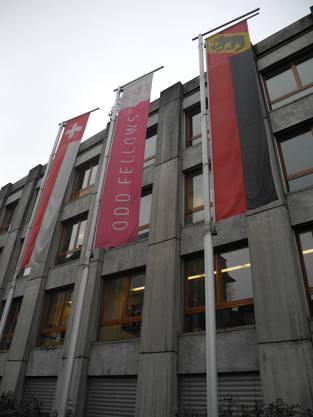 An der Fassade ist die Fahne der Odd Fellows zu sehen