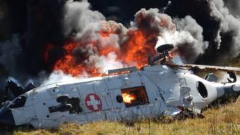 Absturz am Gotthard: Der Super-Puma steht in Flammen.