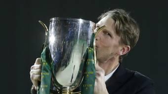 Kevin Staut küsst den Pokal