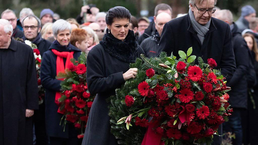 Im Rahmen eines stillen Gedenkens an der Gedenkstätte der Sozialisten in Berlin-Friedrichsfelde legten die Fraktionsvorsitzenden Sahra Wagenknecht (links) und Dietmar Bartsch (rechts) Kränze nieder.