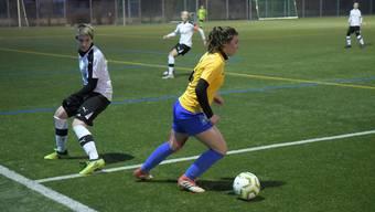Céline Roth – im Bild im gelben Shirt und am Ball – und der FC Schlieren wollen in der neuen Saison nichts mit dem Abstiegskampf zu tun haben.
