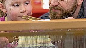 LiestalIm Museum BL wird diesen Sonntag zum fünften Mal der Schweizer Grosselterntag gefeiert. Ein Tag, um die Solidarität zwischen den Generationen wieder verstärkt zu fördern. Kinder und Grosseltern sind eingeladen, gemeinsam nicht nur an ihrer Beziehung, sondern auch am Webstuhl zu arbeiten.Sonntag ab 10 Uhr,Museum BL, Eintritt frei www.museum.bl.ch