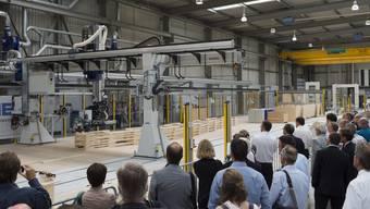 Mit maximal sieben Stundenkilometern unterwegs: Der neue Portalroboter der Erne AG Holzbau in Stein.