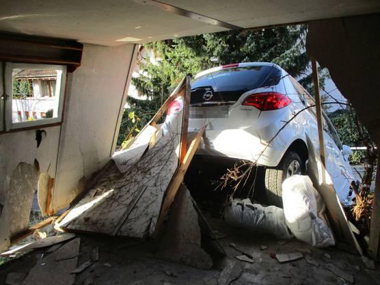Am Fahrzeug sowie an der Garage entstand Sachschaden von insgesamt zirka 45'000 Franken.