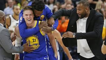 Der Schwede Jonas Jerebko ist nach seinem entscheidenden Korb zum 124:123-Auswärtssieg gegen Utah der gefeierte Mann bei NBA-Champion Golden State Warriors