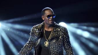 Der US-Sänger R. Kelly wird von der Staatsanwaltschaft in Chicago des schweren sexuellen Missbrauchs von Minderjährigen beschuldigt. (Archivbild)