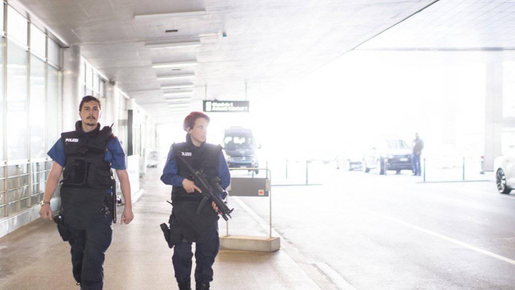 Die Polizeipräsenz an Flughäfen wurde nach den Anschlägen in Brüssel erhöht - so auch am Flughafen Zürich.