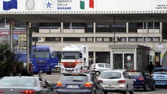 Grenzgänger verlassen die Schweiz  am Zoll in Ponte Tresa (Archiv)