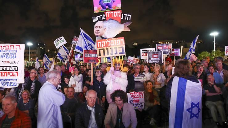 Tausende Israelis haben Netanjahus Rücktritt gefordert.