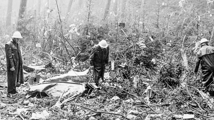 Feuerwehrleute und Polizisten bei der Absturzstelle des Swissair-Flugzeuges Coronado CV-990 bei Würenlingen. Am 21. Februar 1970 explodierte im Frachtraum der Maschine eine von palästinensischen Terroristen platzierte Bombe.