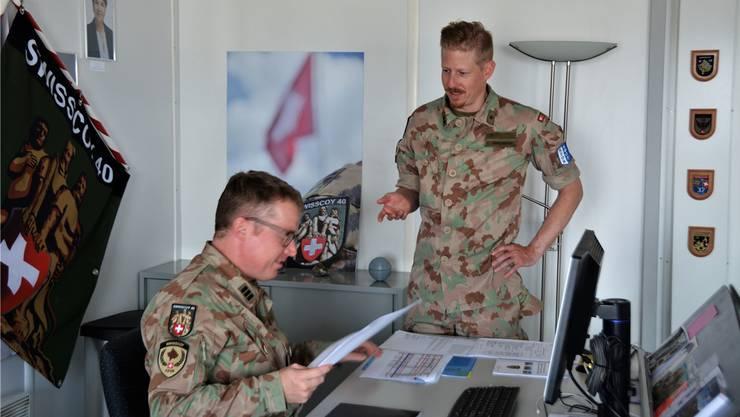 Der Badener Caspar Zimmermann (r.) mit Kommandant Xaver Sailer bei der täglichen Arbeit im Camp «Film City» nahe Pristina.