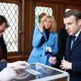 Frankreichs Präsident Emmanuel Macron und seine Frau Brigitte Macron geben ihre Stimme bei den Kommunalwahlen in Paris ab. EPA Fotograf: PASCAL ROSSIGNOL / POOL