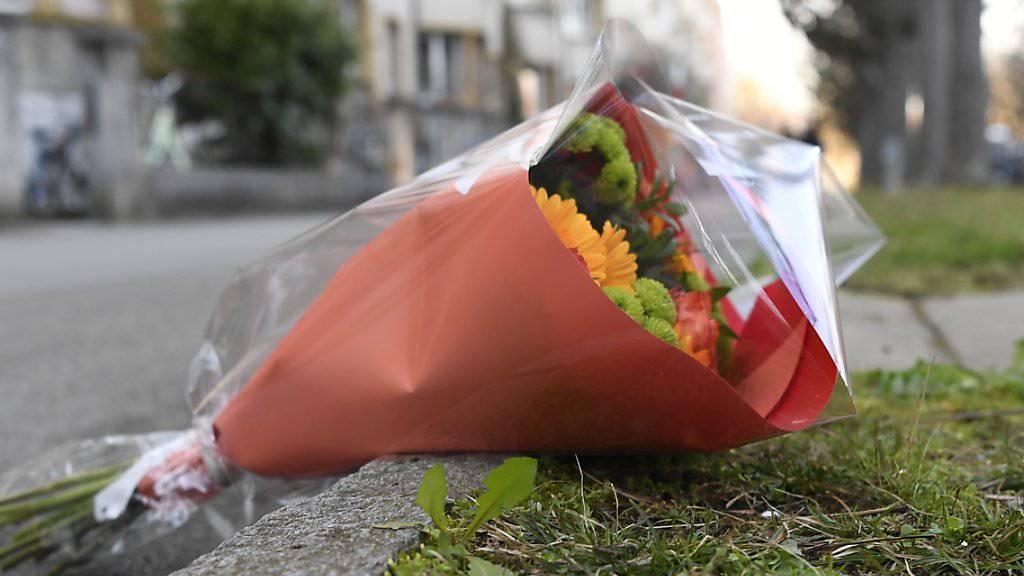 Blumen am Tatort in der Basler Innenstadt unweit seines Schulhauses, wo der Siebenjährige am Donnerstag auf dem Heimweg von einer 75-jährigen Frau erstochen wurde. (Archivbild)