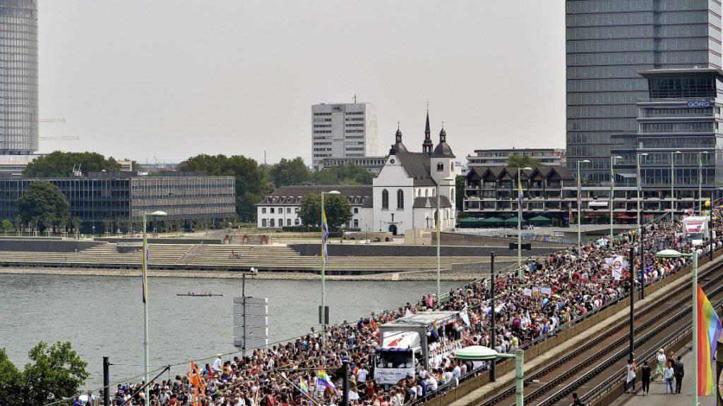 In Köln wird an der Gay Pride unter anderem die Homo-Ehe gefeiert.