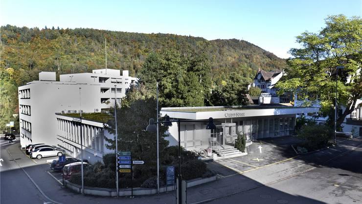 Das alte Bankgebäude (vorne) und der Wohnblock dahinter werden abgerissen und müssen dem neuen Alterszentrum weichen. Rechts der Götterbaum. niz/Archiv