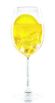 60 ml Enzian-Likör, zum Beispiel Suze oder Souboziane, 90 ml Prosecco, 1 Schluck Holundersirup, 30 ml Mineralwasser, Eiswürfel, 1 Scheibe Limette als Deko.