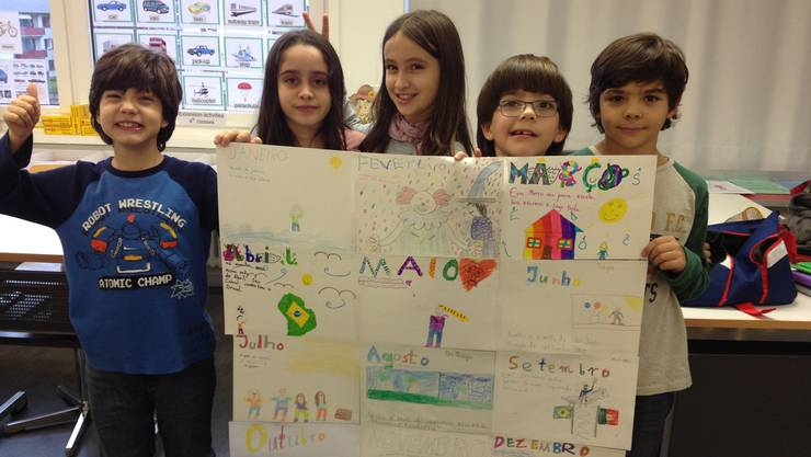 Stolz präsentieren die Schülerinnen und Schüler mit brasilianischen Wurzeln den von ihnen gebastelten Kalender. Julia Stückelberger