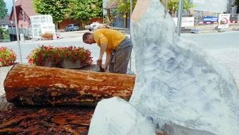 Ist dabei: Markus Meyle bearbeitete am ersten Bildhauersymposium einen Holzstamm. Hanspeter Bärtschi