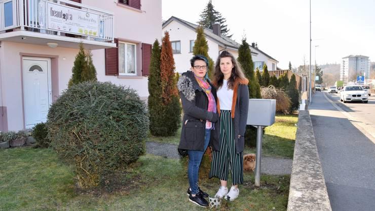 Ana (links) und Sandra Jeremic stehen, wo die Lärmschutzwand in ihrem Vorgarten gebaut werden soll.