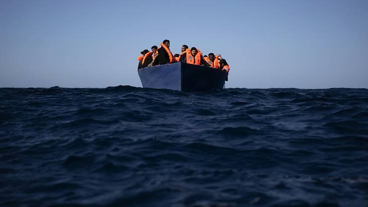 dpatopbilder - Migranten aus Eritrea, Ägypten, Syrien und dem Sudan warten an Bord eines Holzbootes im Mittelmeer etwa 110 Meilen nördlich von Libyen darauf, von Helfern der spanischen NGO «Open Arms» unterstützt zu werden. Foto: Joan Mateu/AP/dpa