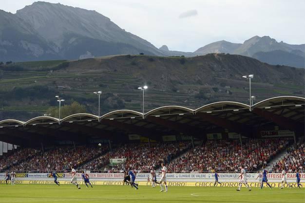 Die Stimmung ist gut im wunderschön gelegenen Stadion in Sion