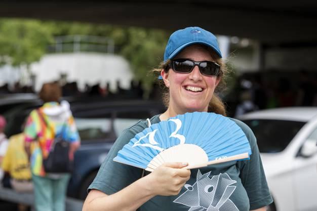 Eine Leserwanderin kühlt sich ab, auf der 8. Etappe von Zürich nach Schlieren, am 26. Juli 2019.