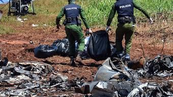 Ermittler sichern die Trümmer des abgestürzten Flugzeugs in Havanna. Mit dem Tod einer schwerverletzten Frau ist die Zahl der Opfer auf 111 gestiegen. (Foto: Marcelino Vazquez/EPA)