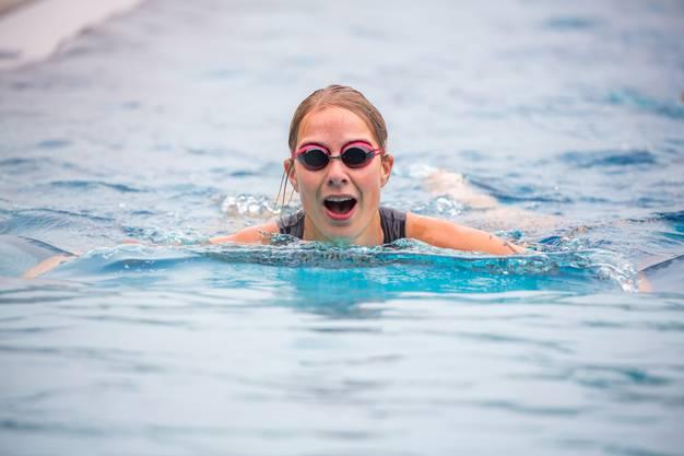 Draussen kalt, drinnen warm: Schwimmen im warmen Wasser der Badi Aarau.