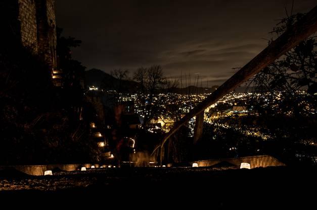 Püktlich um 18 Uhr gehen auf der Ruine die Lichter aus - nur noch Kerzen erhellen die alten Gemuer.